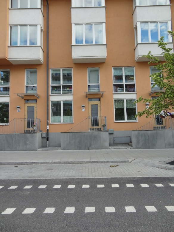 It's not impossible to have your own door to street and a back yard while living in an apartment building, Stockholm proves.