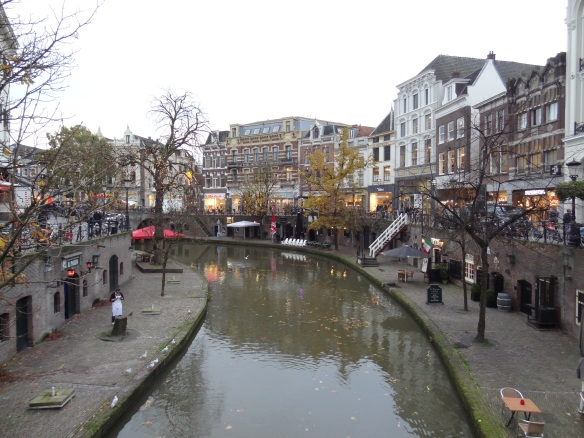The shopping district in Utrecht lies among canals.