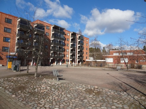 I'm not sure if this plaza in Mellunmäki is going to get any nicer just by saying that it is.