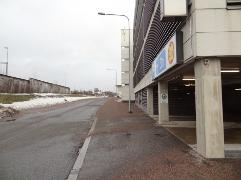 I don't understand why they built this sidewalk and street behind Viikki's Prisma, because it doesn't lead from anywhere to anyplace. Across the street is a motorway.